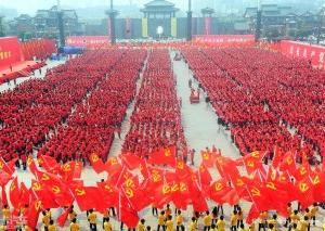 2011年3月28日下午,重庆市九龙坡区巴国城广场党旗飘扬,万名党员集中宣誓,唱红歌,场面恍若回到文革