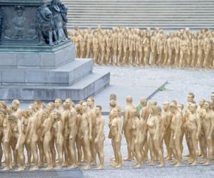 德国千人裸体喷红漆进行艺术表演